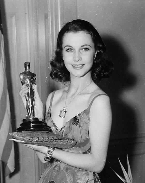 Nữ diễn viên Vivien Leigh nhận giải Oscar