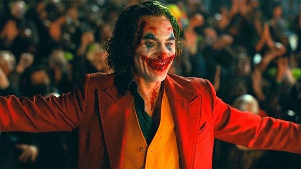 Nụ cười của Joker được vẽ bằng máu
